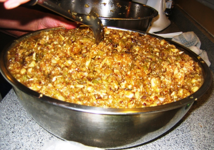 Fully mixed green tomato mince